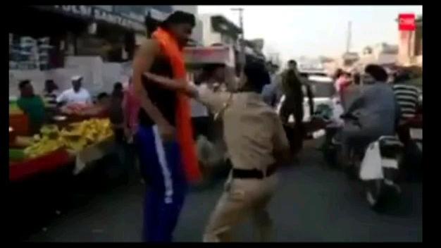 印度疫情警察想打谁打谁?让你见识一下真实的WWE