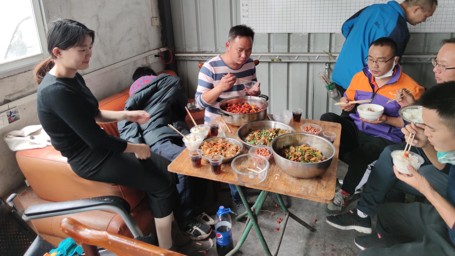 12斤龙虾肉一只公鸡一条3斤的鲫鱼,2箱啤酒5瓶牛栏山,喝个痛快!