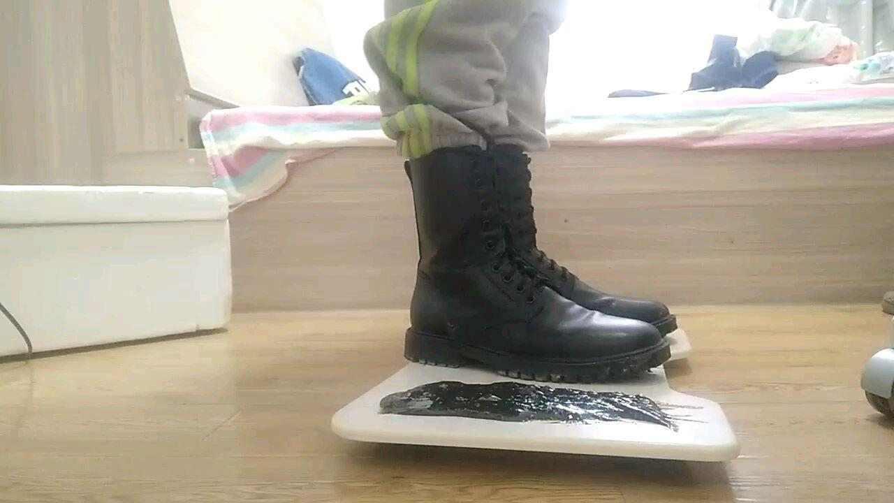 马丁靴踩胶水