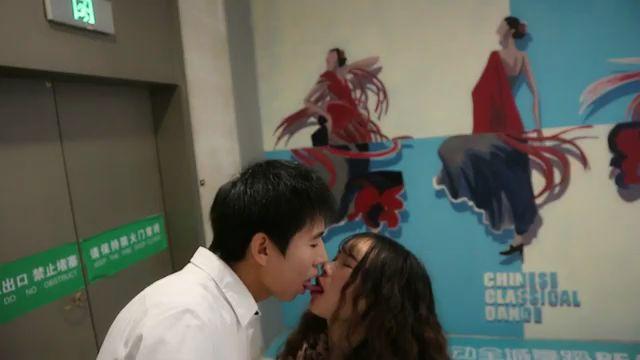 亚洲第一接吻网红皓月;夜晚商场 搭讪后 舌吻萝莉音女生!