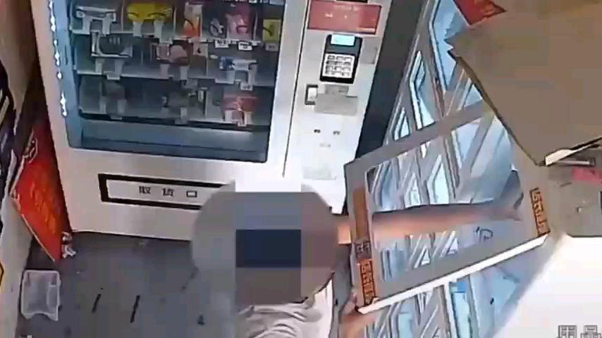成人用品售货机未上锁,男子拿出就地试用,结束后放回原处?