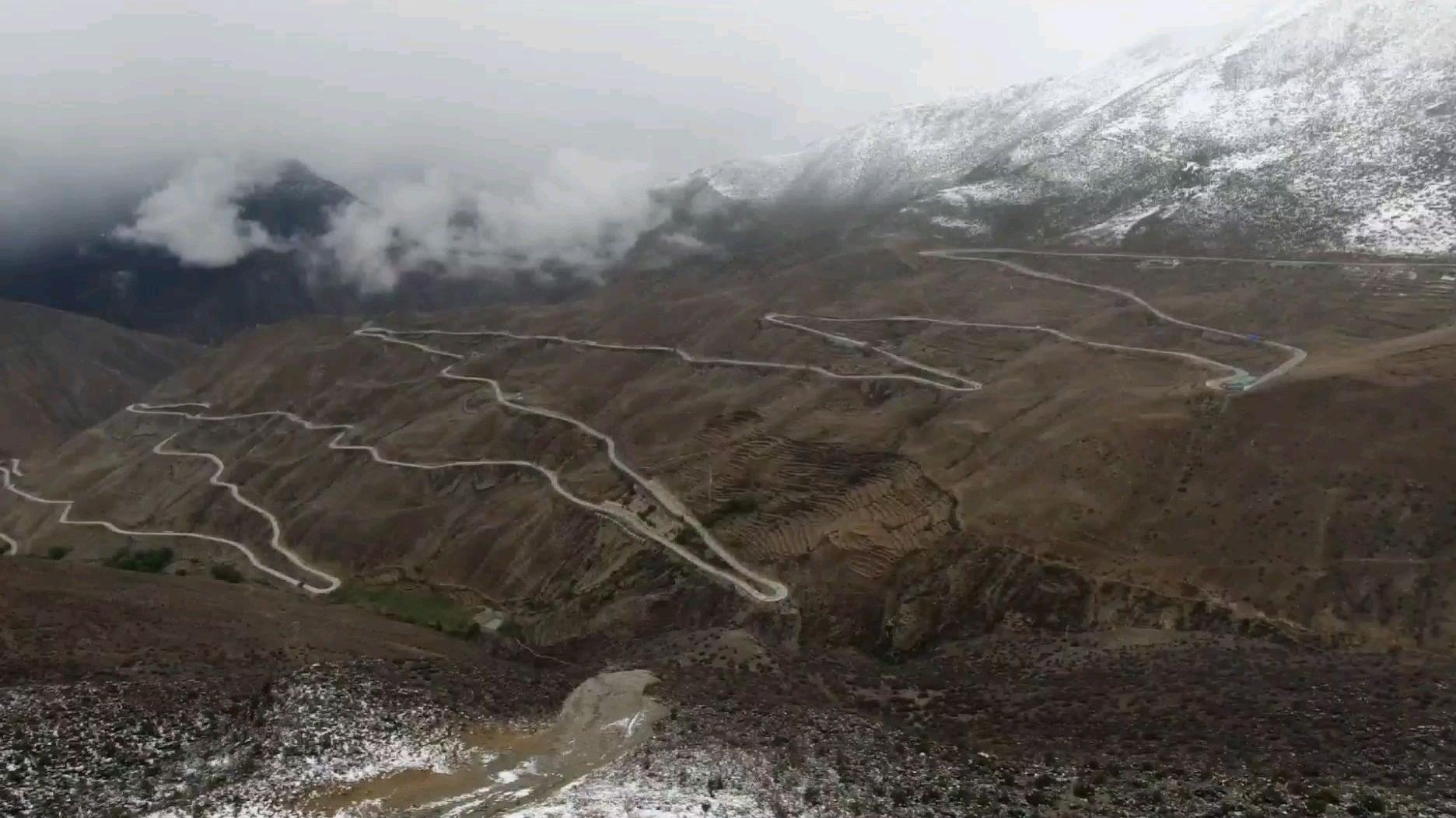 4658米的业拉山下起了大雪,路面结冰,我没带防滑链啊,而且还堵车了
