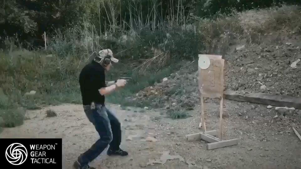 近距离超快战术拔枪射击打靶
