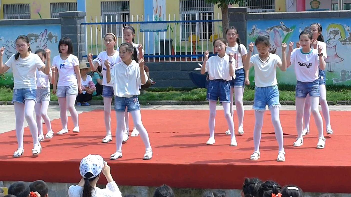 小学女生们六一儿童节表演舞蹈《鸭梨大》