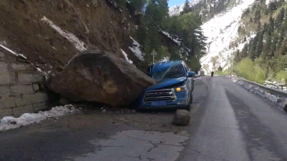 在西藏碰见个事故车,这石头有10吨重了吧?还顺路拉了个高反的骑行大叔
