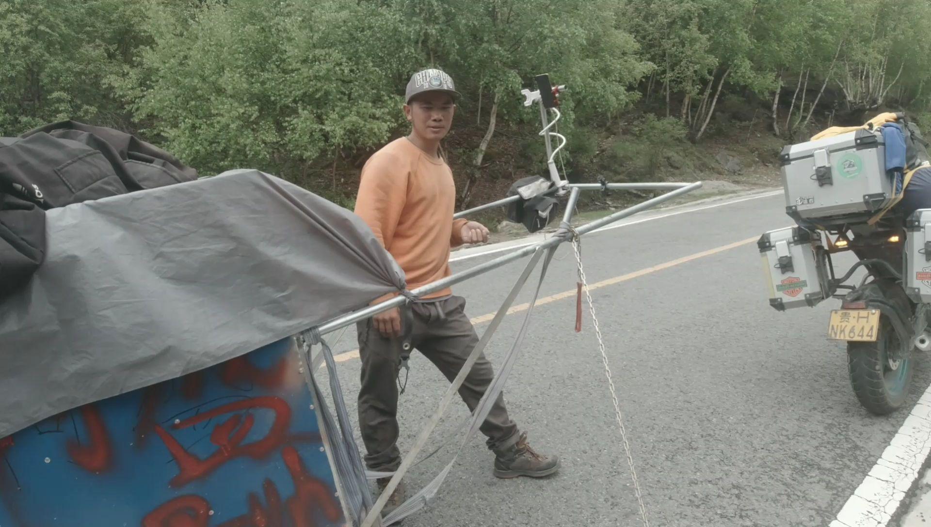 搭帐篷露营,遇到打雷暴雨怎么办,听徒步小哥怎么说
