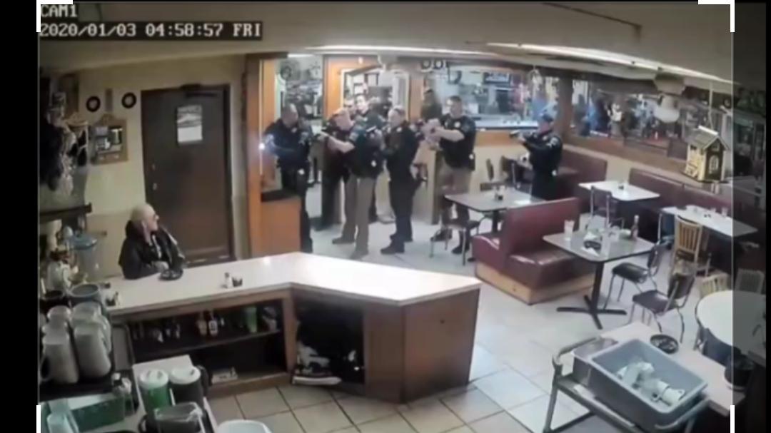 黑人警察与白人抢劫犯钢枪 事后竟表示同情 太双标了吧