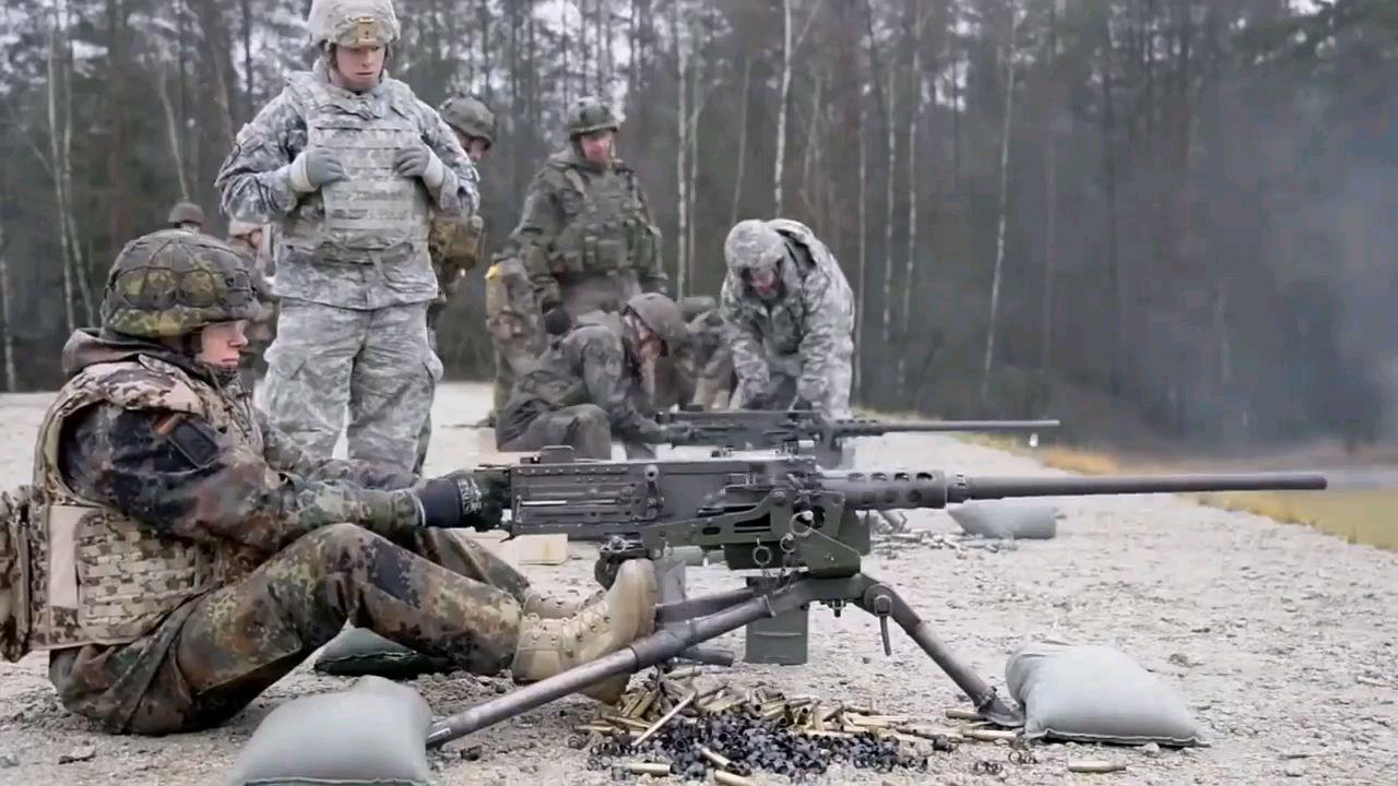 万恶之源:美国士兵训练德国士兵使用美国机枪