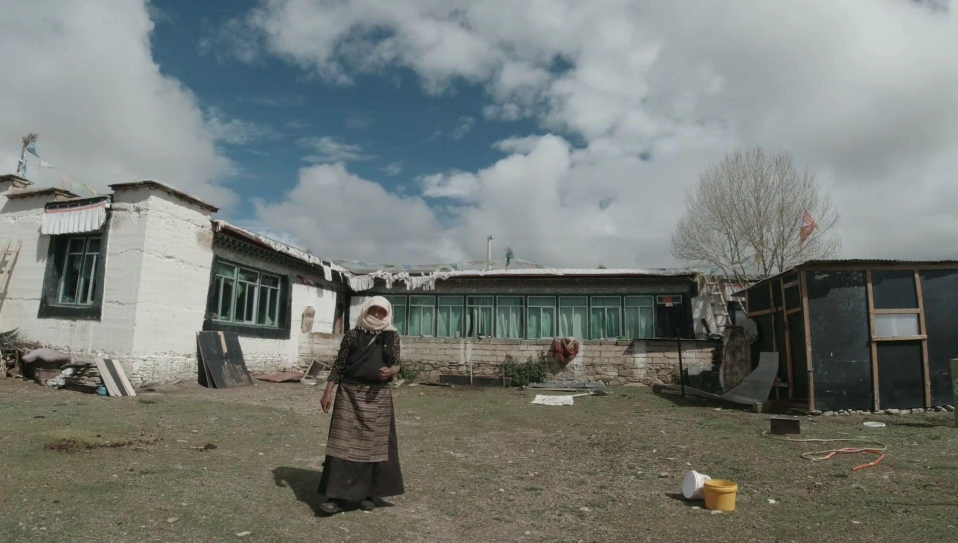 骑摩托在西藏旅行,遇到一户好人家,还给我送来一壶开水