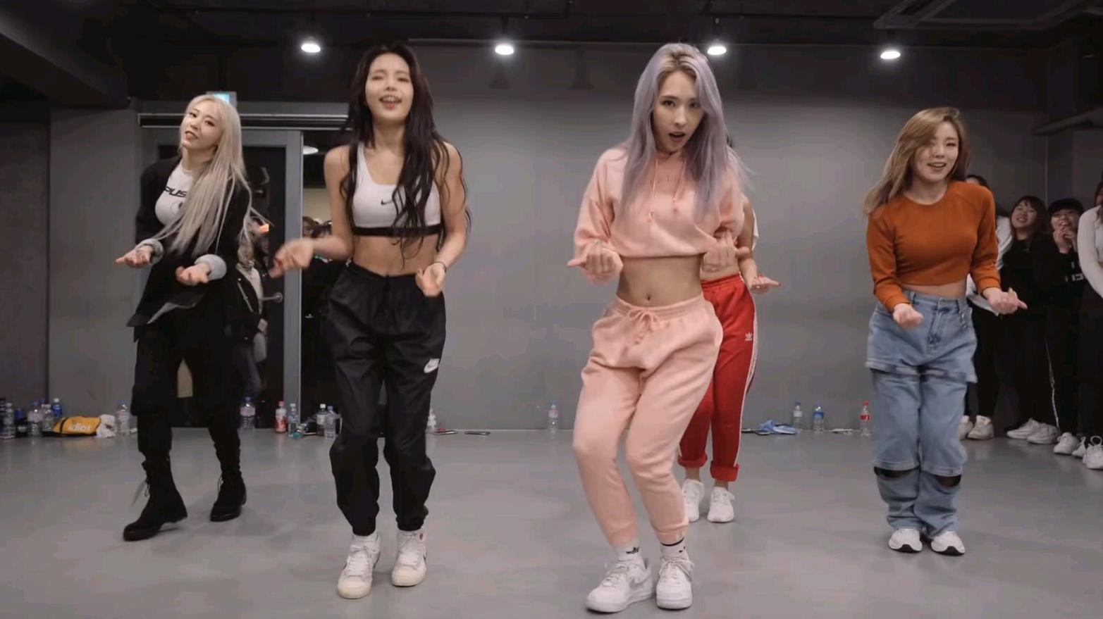 身材好的小姐姐跳韩舞,真的很带劲