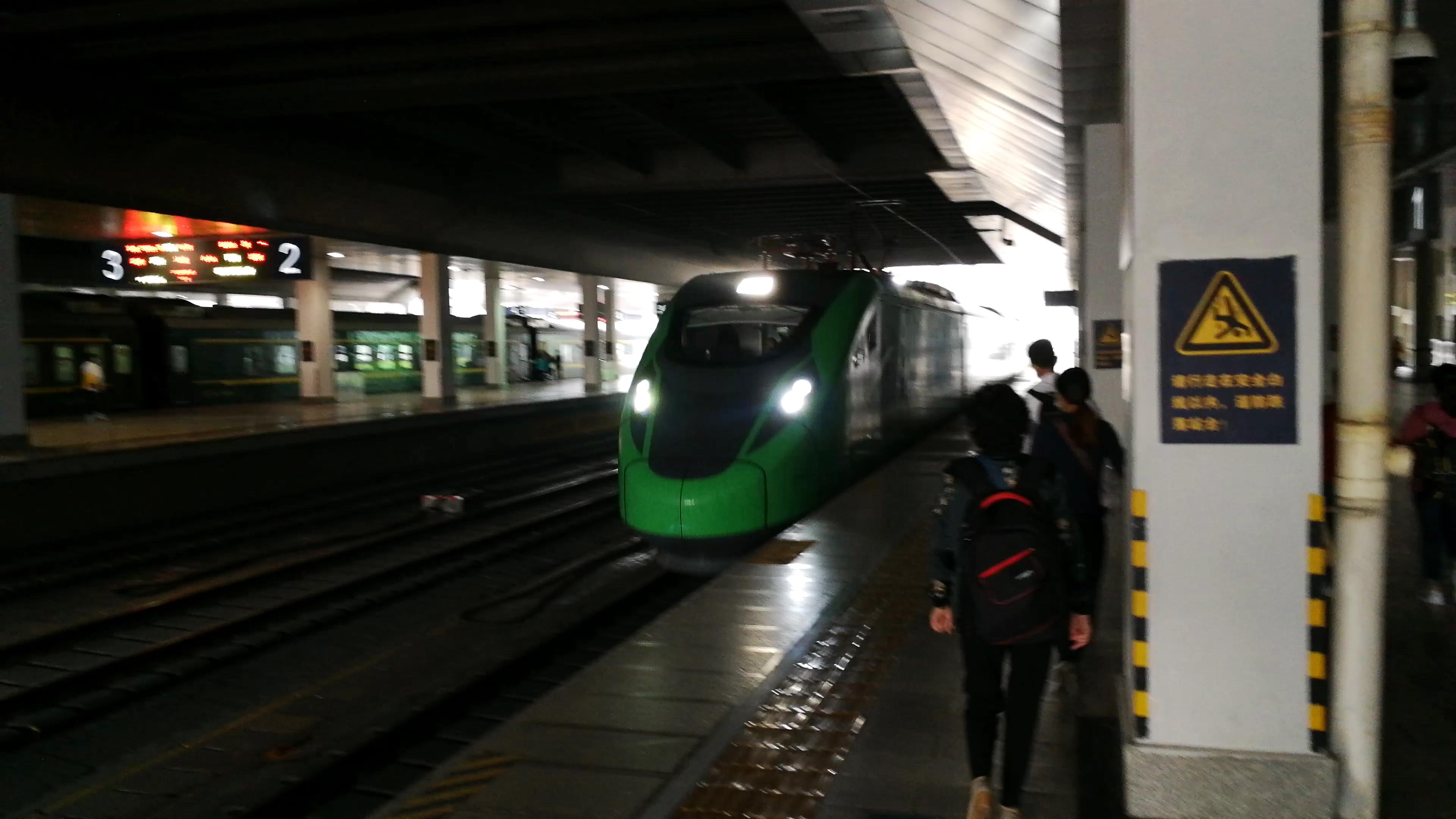 【中国铁路】C8304/1次(昆明-蒙自)昆明站进站(司机友好鸣笛)