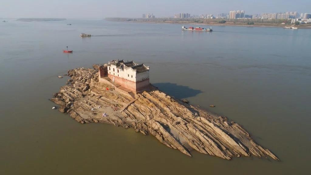 瞰中国|万里长江第一阁 洪水中巍然屹立