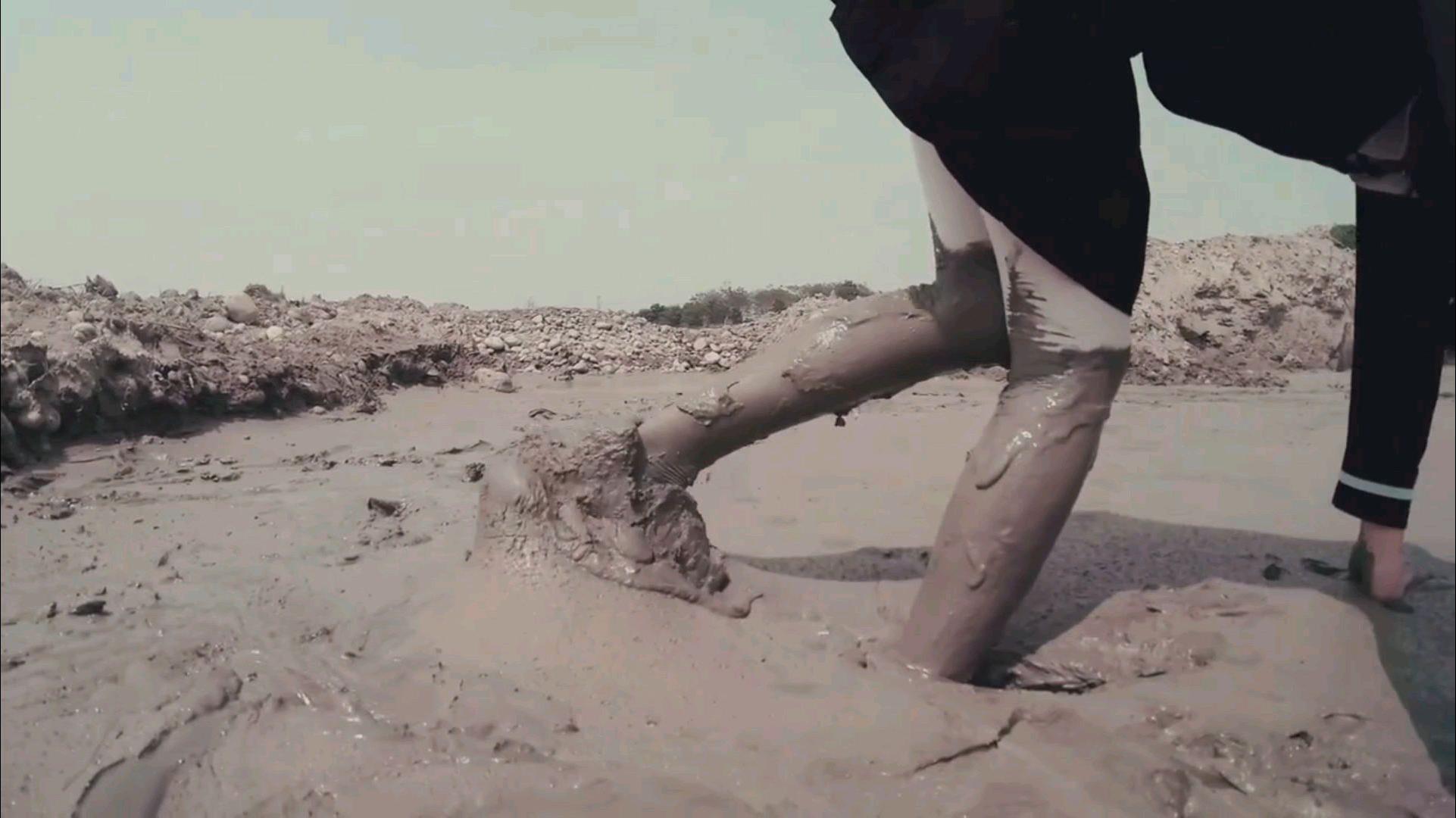 小姐姐踩泥玩