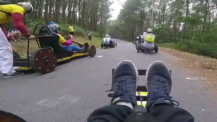 无引擎赛车比赛,要想超车全靠吼!