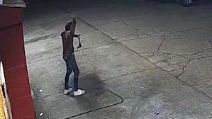 【执法记录】警察乱枪把弃枪投降枪匪射爆(现场监控视角)