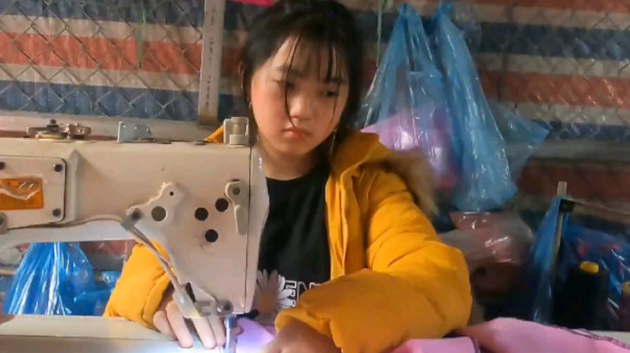 阿玲虽然找到了新工作,但是看她很难过,笑容都不见了!