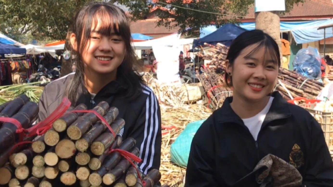 越南两大当红甘蔗妹历史性见面,一起卖看能不能吸引更多顾客。