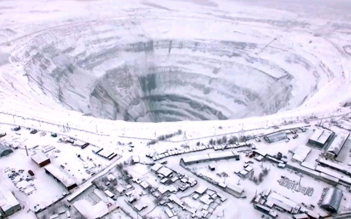 在西伯利亚巨大矿坑挖钻石
