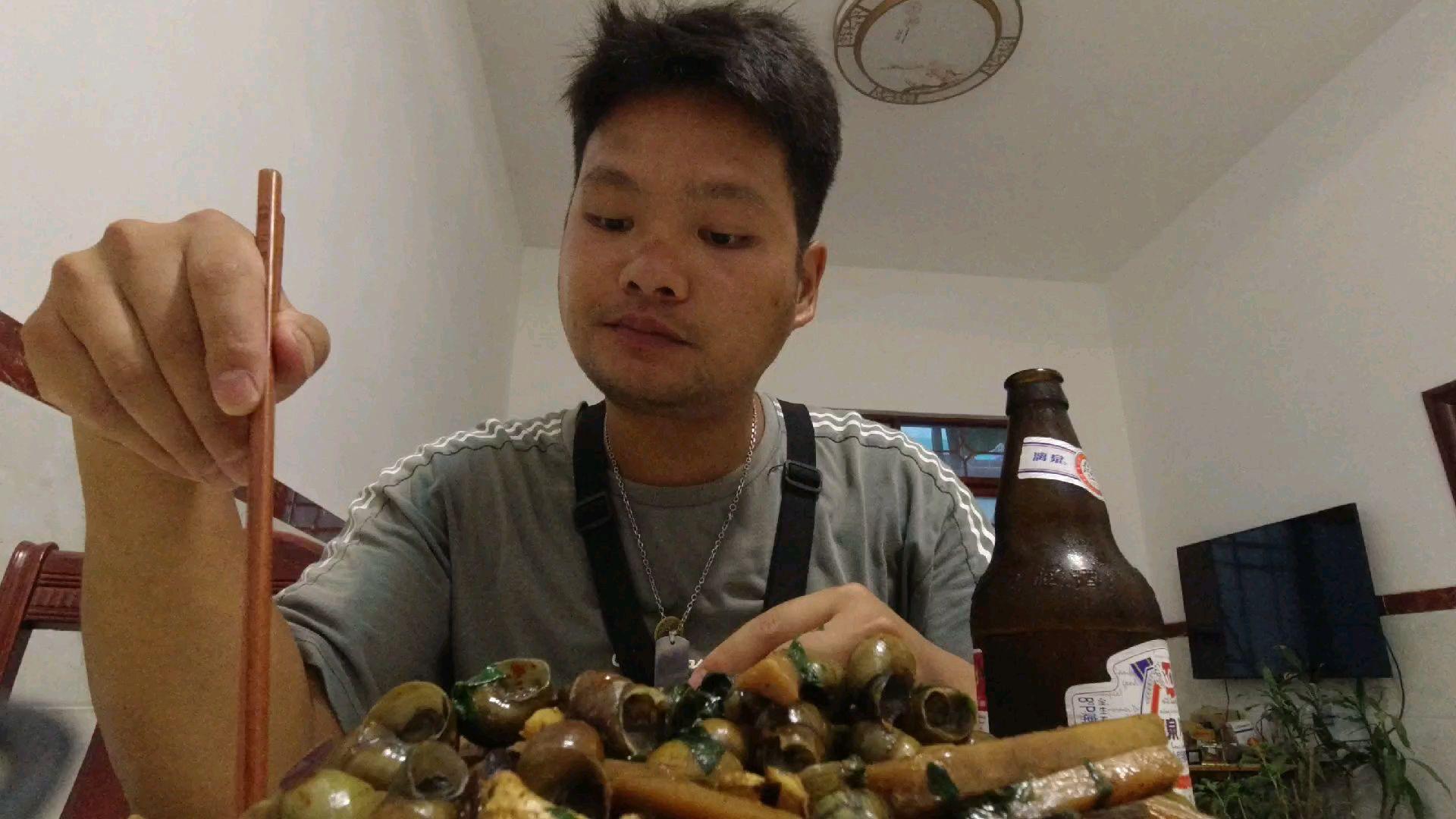 做一道送啤酒的宵夜小吃,酸笋炒石螺