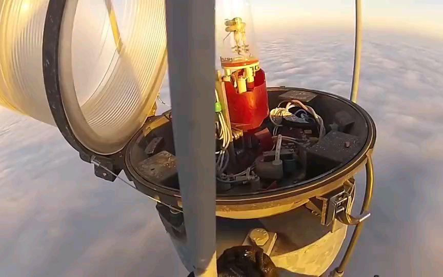 工人攀上600多米高塔只为检查天线,这工资得多少钱一个月?