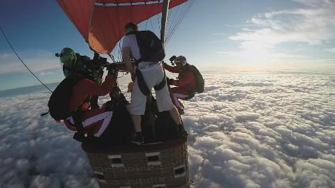 太疯狂了,他在无降落伞的情况下从高空热气球跳下
