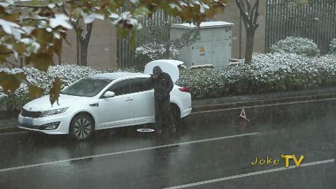 【JokeTV】社会实验:风雪中汽车坏在路上,会有人来帮你吗?