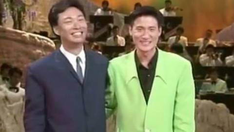 青涩的歌神张学友和小哥费玉清合唱《偏偏喜欢你》,为什么我看到小哥一笑我就想到了嘿嘿嘿…
