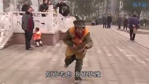 环卫大爷广场即兴表演劲爆老年迪斯科!