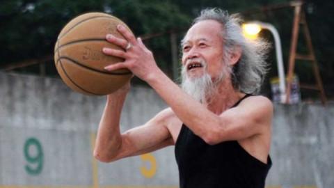 中国版德鲁大叔!扫地老头打篮球完爆年轻人