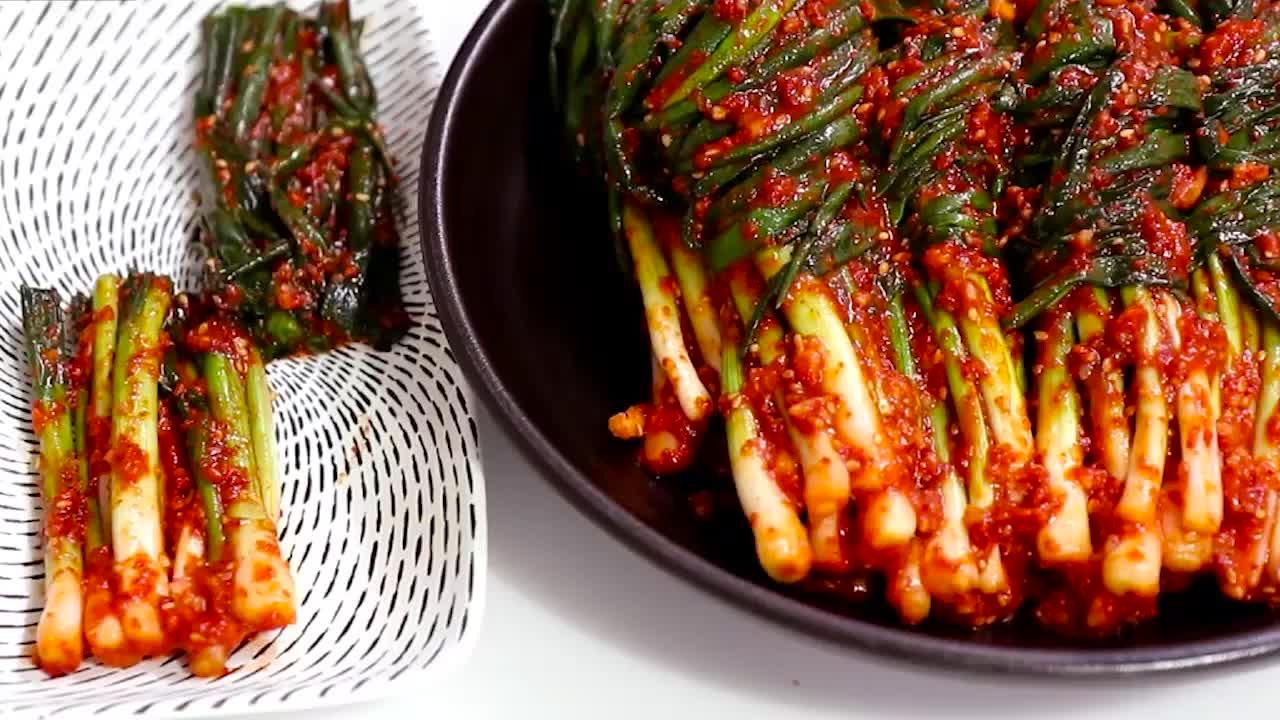 香葱抹上辣酱腌一下, 味道真不错, 又脆爽又开胃