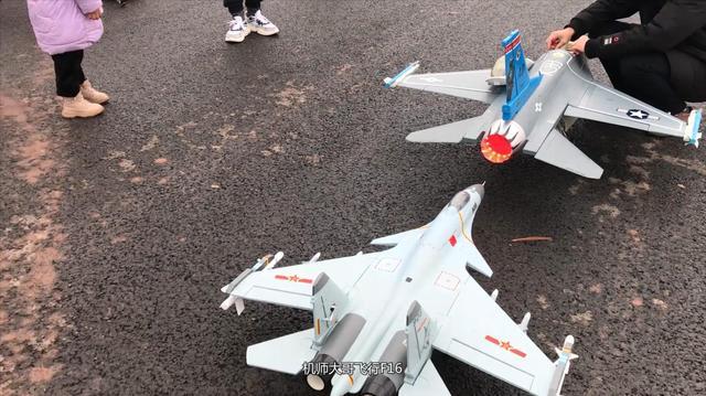 这两台飞机一起飞行, 歼15机动性确实高, F16飞行比较稳