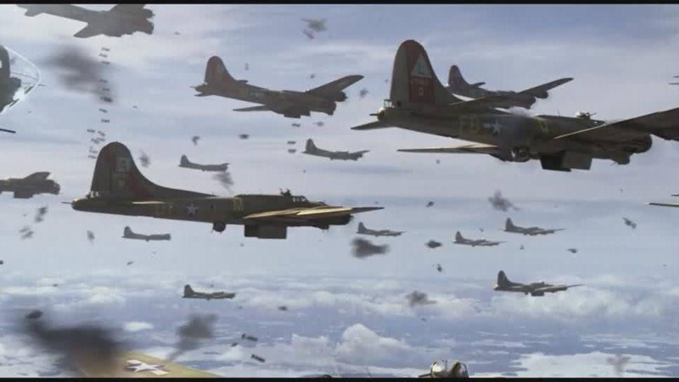 这才是经典空战电影, 近百架P-51歼击机护航轰炸机群进行突袭轰炸