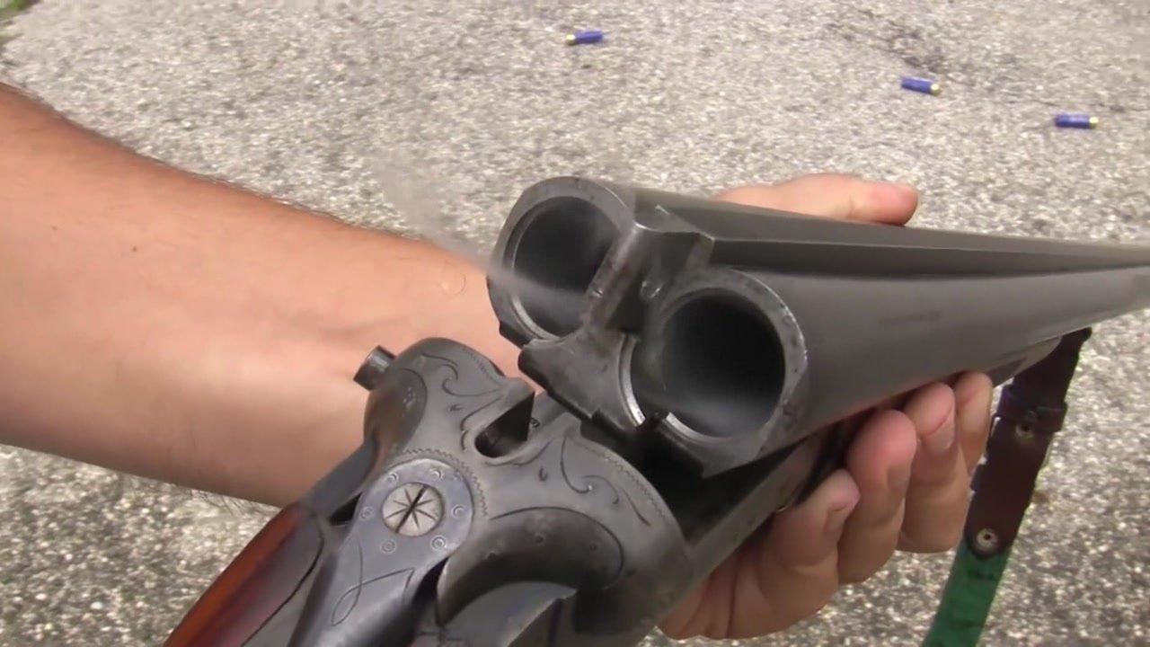 最早期的双管霰弹枪, 每次射击只能加两发弹药, 看着挺麻烦的!
