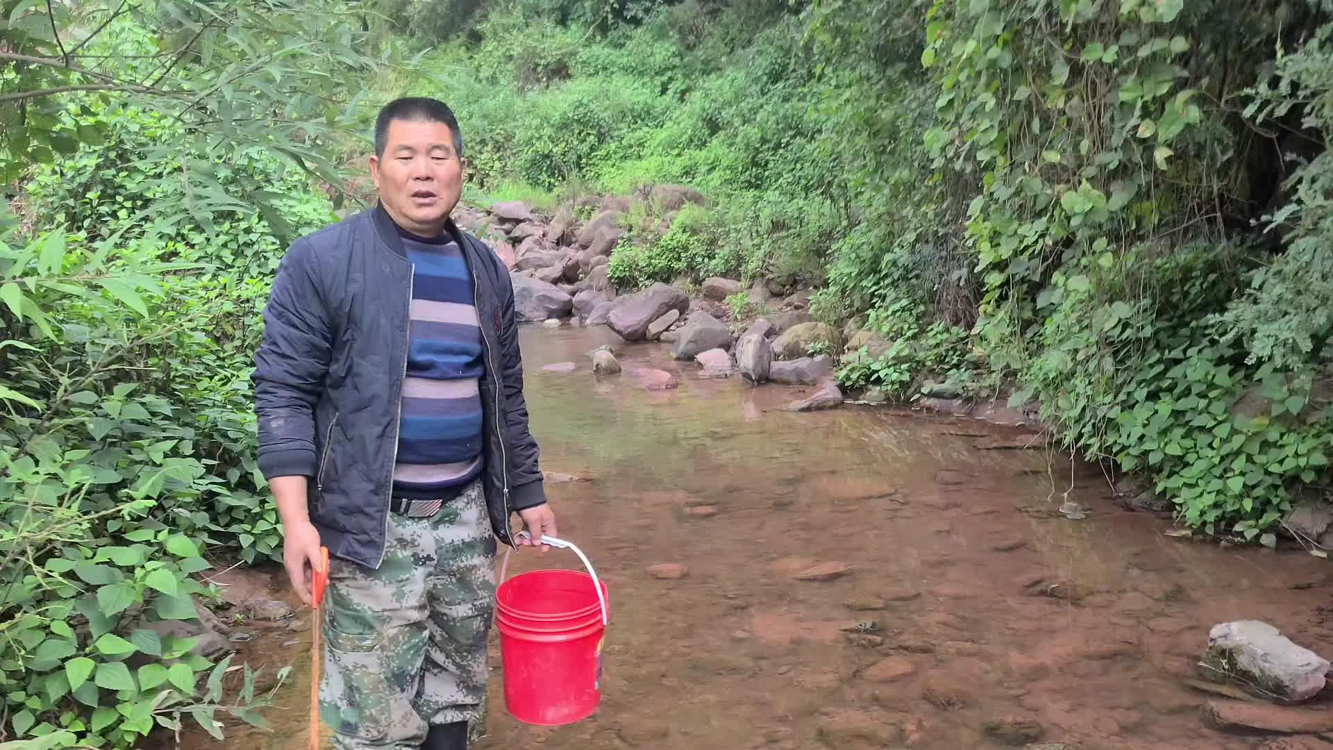 大叔在小溪抓水蜈蚣, 感觉石头下面不对劲, 搬开一看高兴坏了