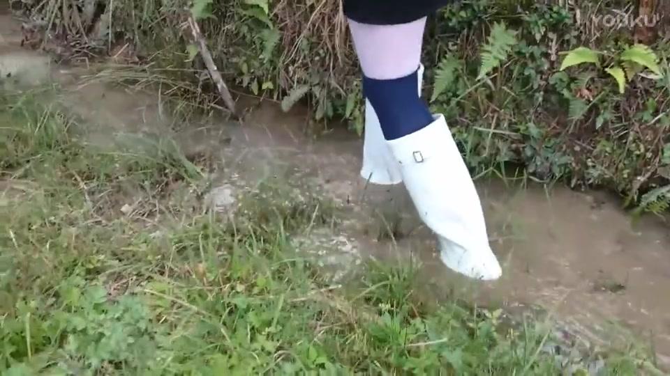 妹纸穿白色猎人hunter雨靴踩泥