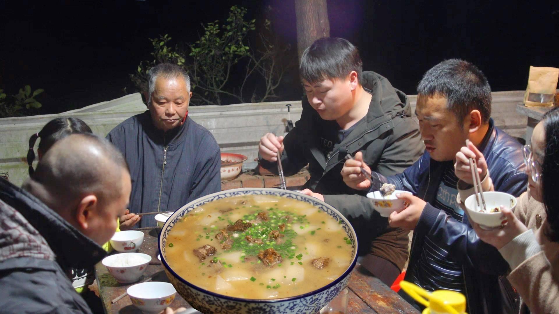 德哥整6根腊排骨,配萝卜小火炖到半夜,一群人边吃边聊不知寒冷