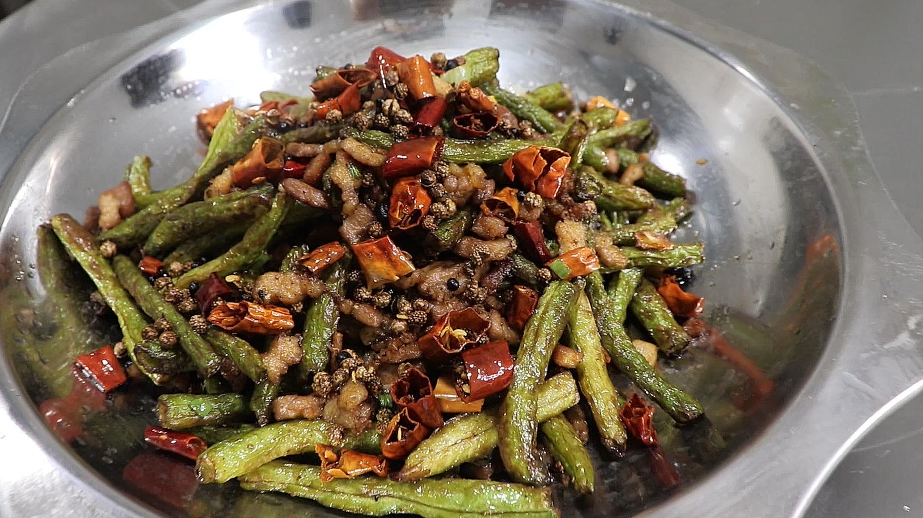 """厨师长教""""干煸四季豆""""的家常做法,鲜香脆嫩,豉椒味足"""