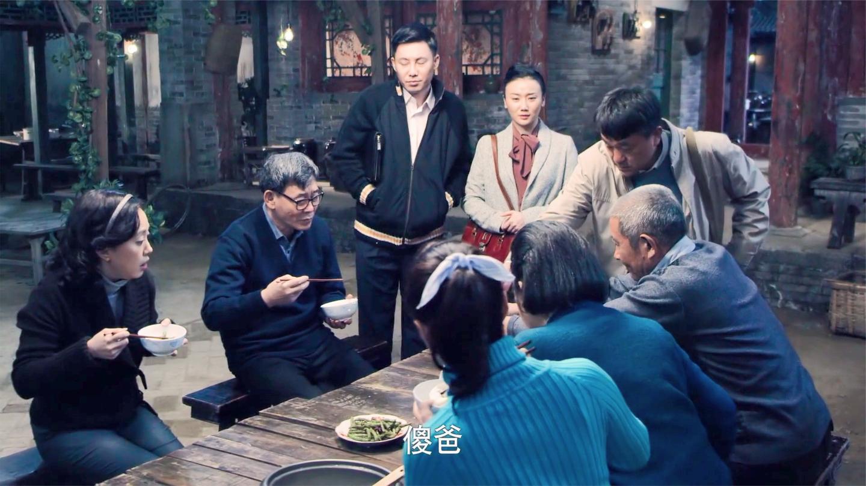 四合院: 一家人吃清水煮白菜, 怎料继父提回来油闷大虾, 立马叫爸
