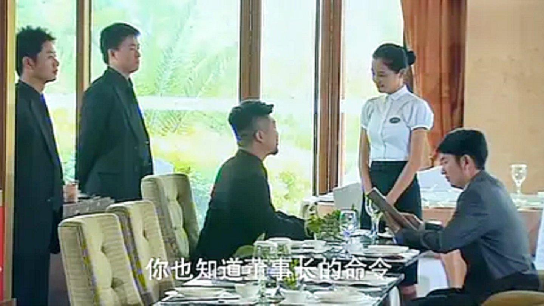 影视: 黑社会去饭店找茬, 不料女服务员父亲是黑老大, 秒怂了!