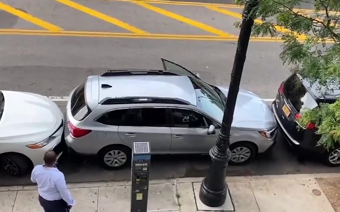 """老司机演示了一把""""极限挪车"""",看看这个前后间距...秀啊"""