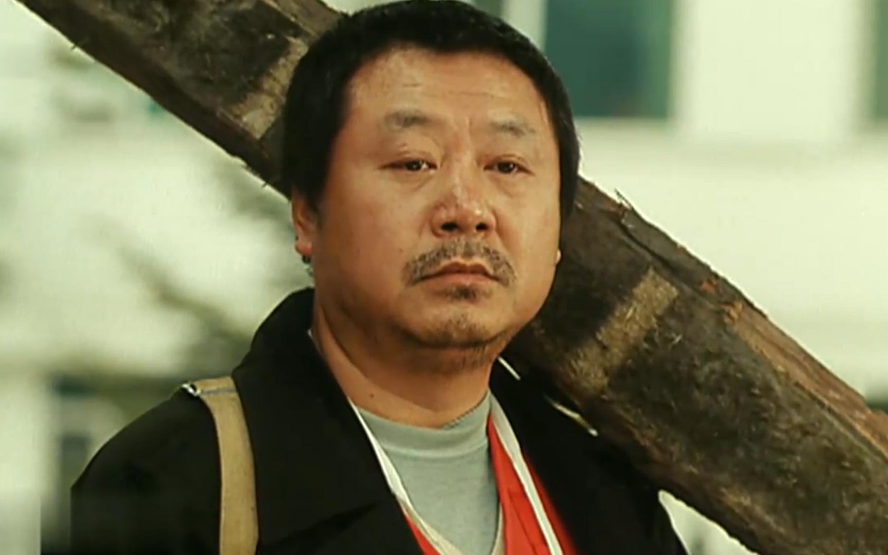 13年前范伟的封神之作,罕见的催泪喜剧片,说透了底层人的艰辛!《耳朵大有福》