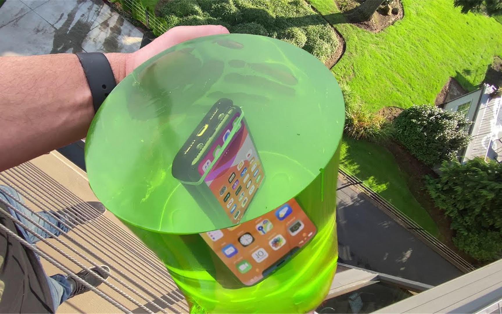 用果冻将手机包裹起来防摔吗?老外亲测,结果你意想不到!