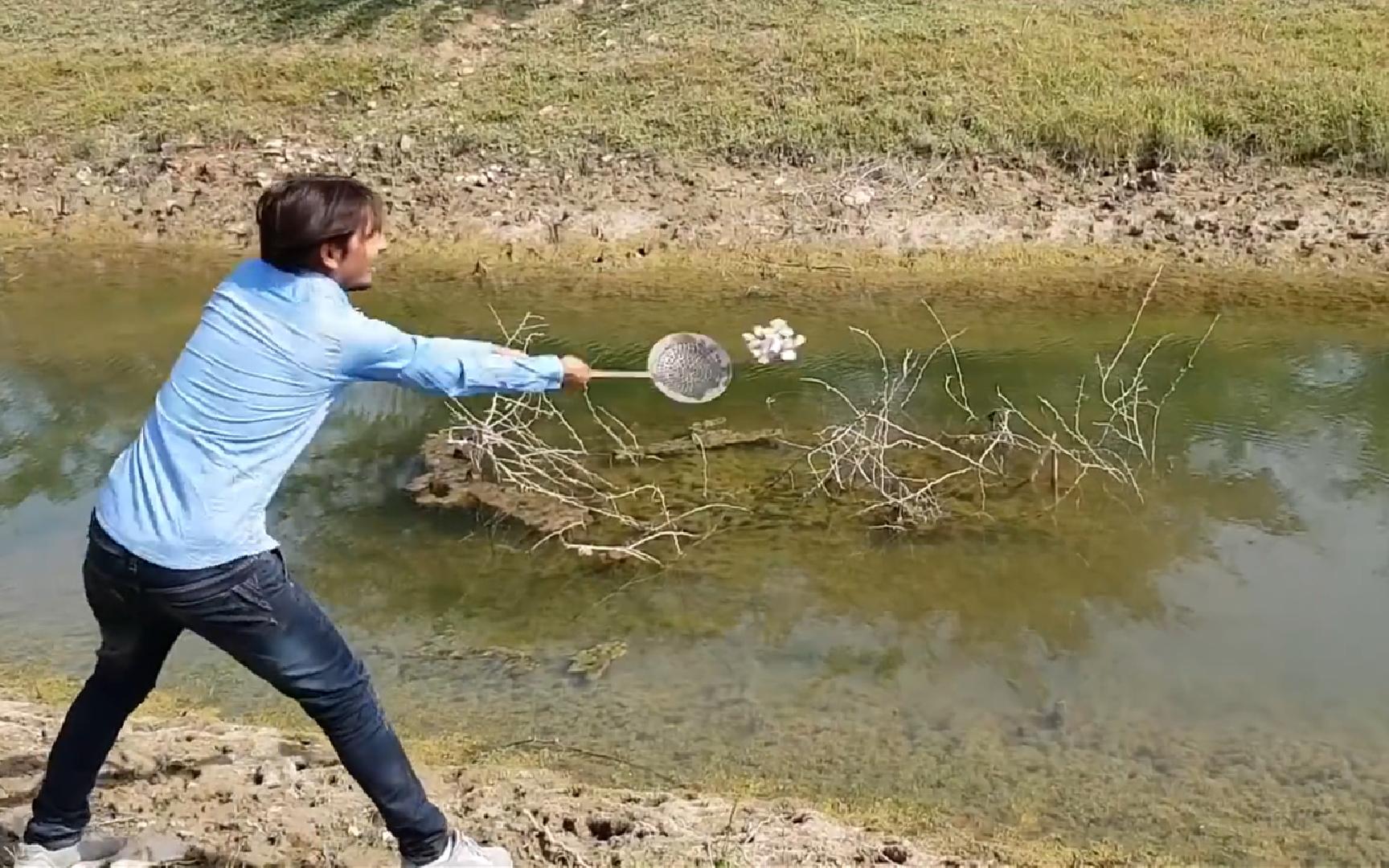 国外小哥将1公斤钠扔进河里,转身撒腿就跑,下一秒现场太壮观!