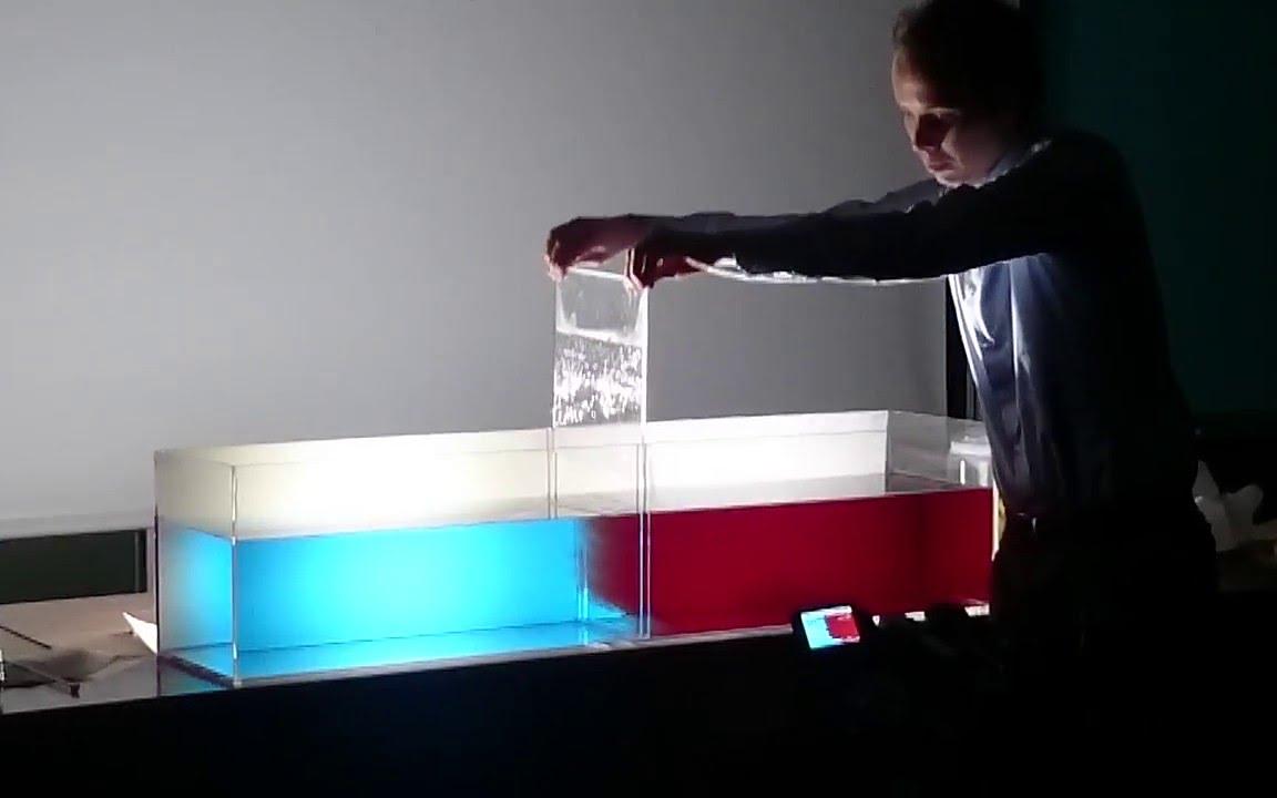 热水和冷水会相融吗?老外在水中加颜料实验,神奇的一幕出现了!