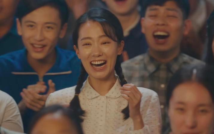 【邸生】:换一个视角再看《你好,李焕英》,它看似是一部通俗喜剧,实则却有着三层深意!