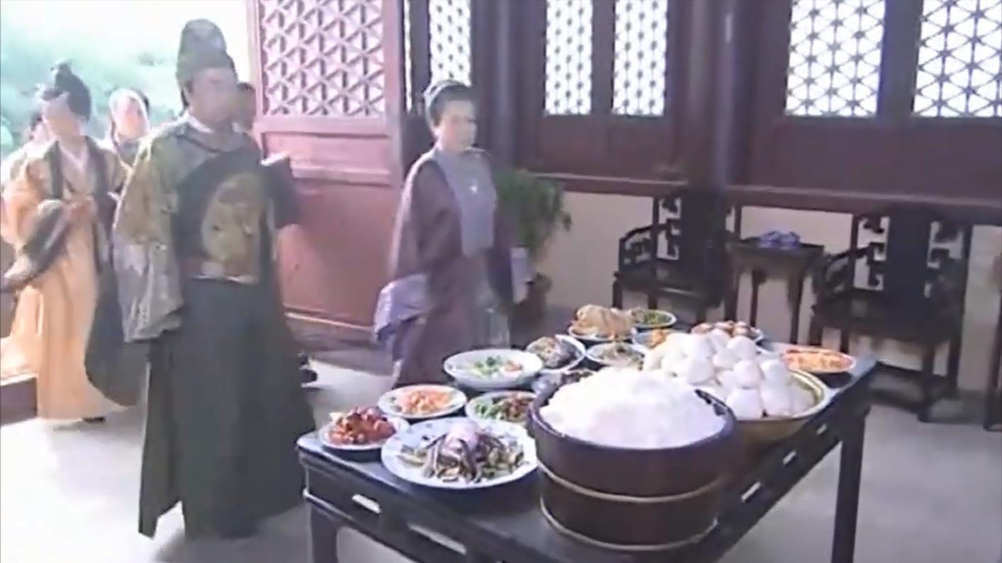 朱元璋: 满桌子都是贵妃扔掉的剩菜, 朱元璋大怒下令让她们全吃了