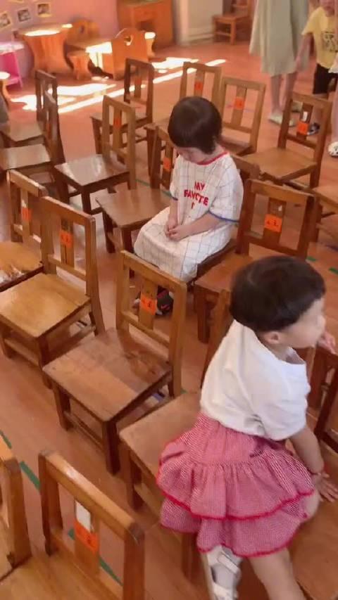 幼儿园开学的第一天,不开心也不能表现出来,太懂事了