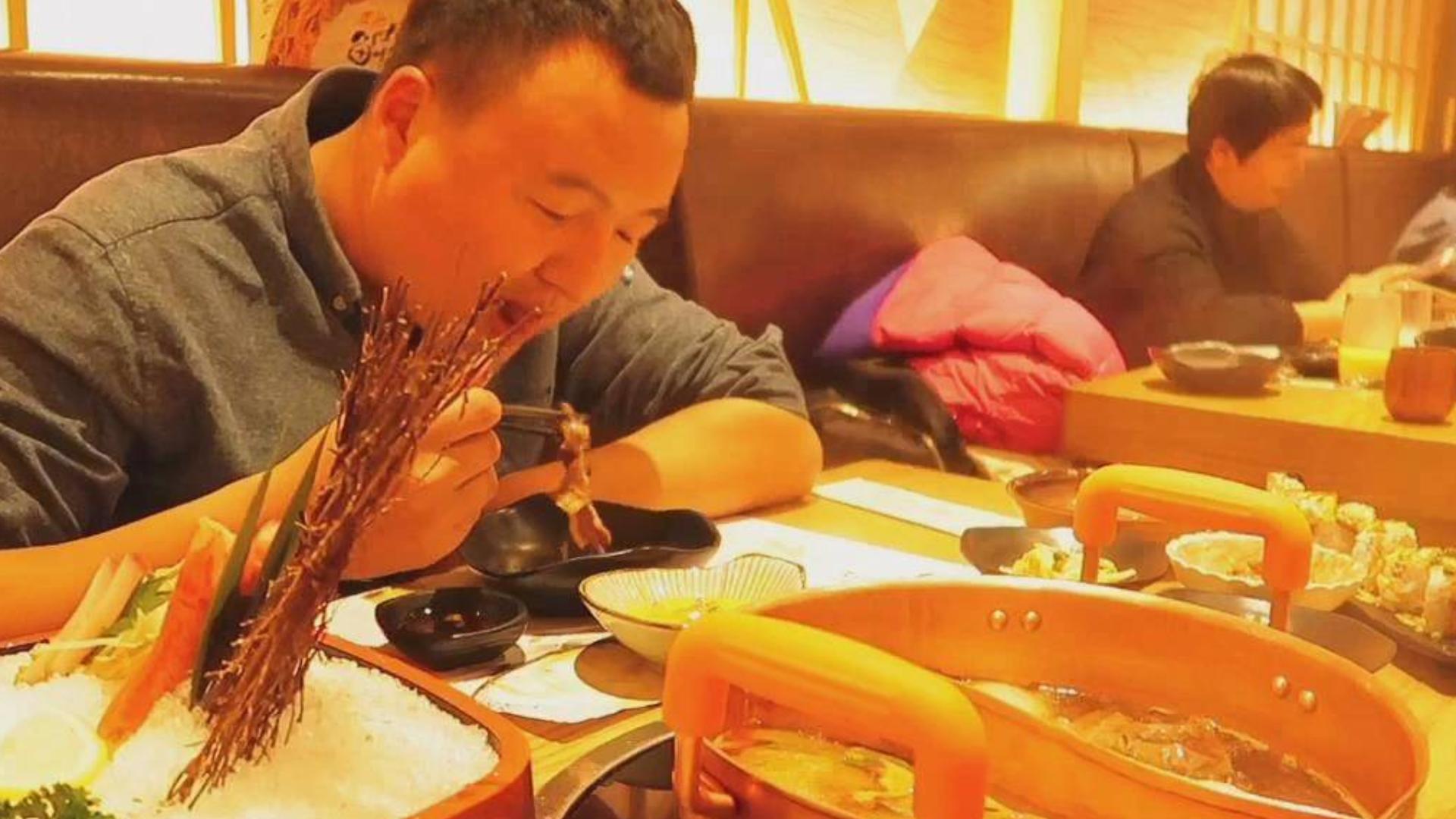 朋友请阿强清河第一的寿喜锅自助,俩人一顿狂吃、老板眼都直了