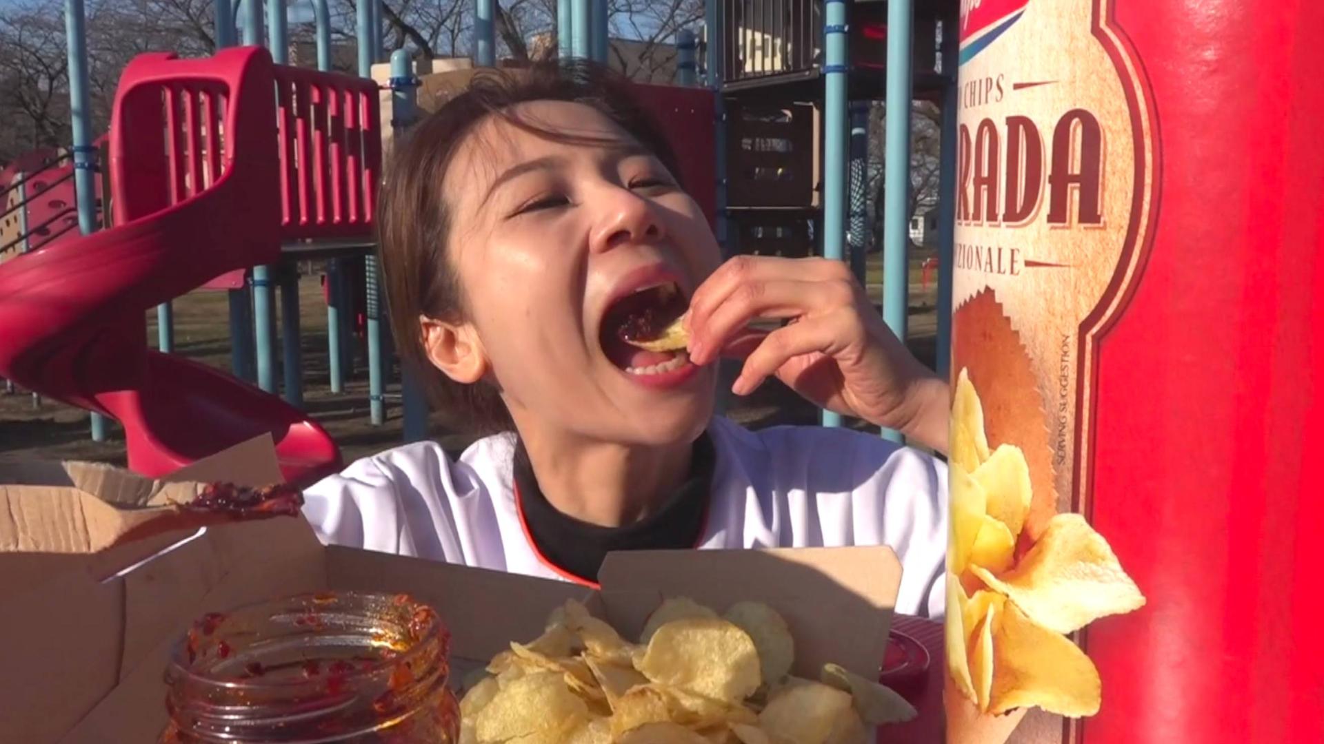 """小梦~万圣节在日本cos""""老干妈""""还参加了电视直播~老干妈配薯片果然名不虚传(O ^ ~^ O)"""