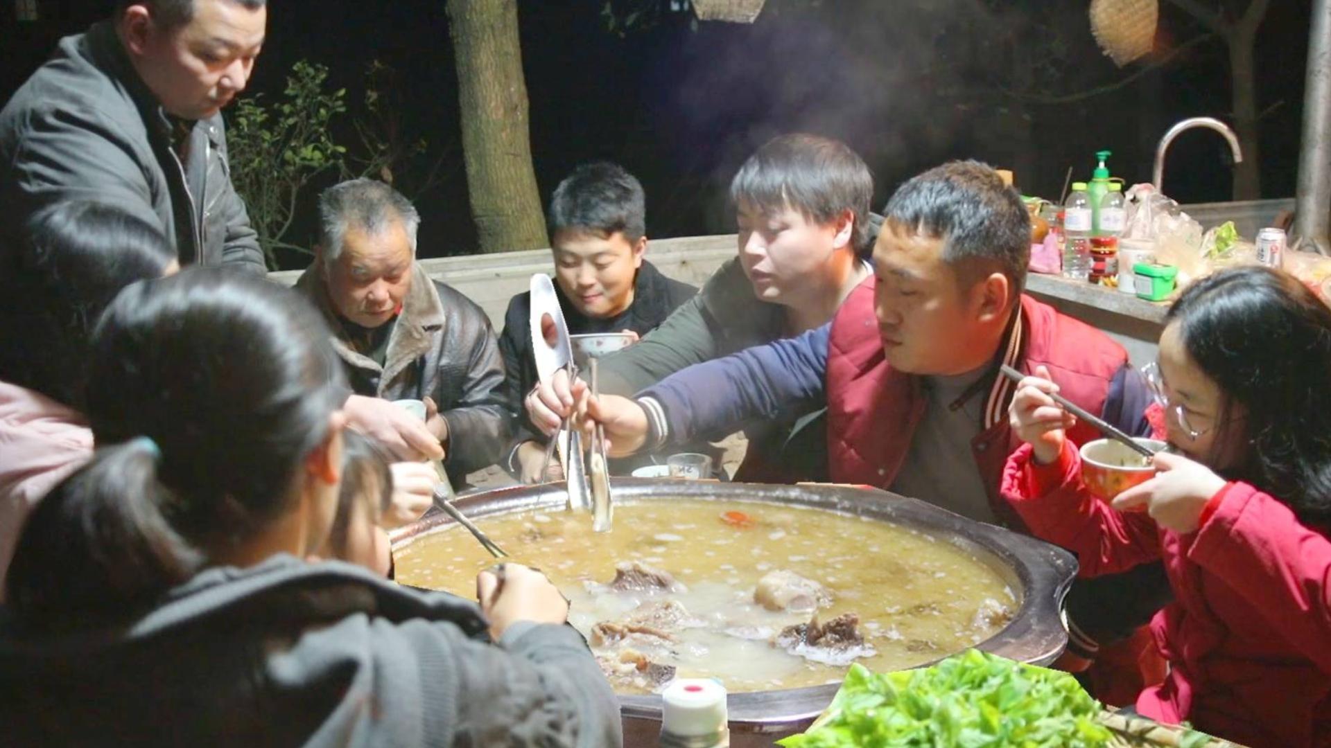185整8斤羊肉羊骨,大铁锅里熬到天黑,汤浓又鲜,冬至来1锅全身暖和